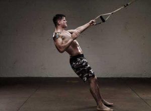 حرکات تمرینی تی آر ایکس برای لاغری - حرکت اسکات با تی آر ایکس