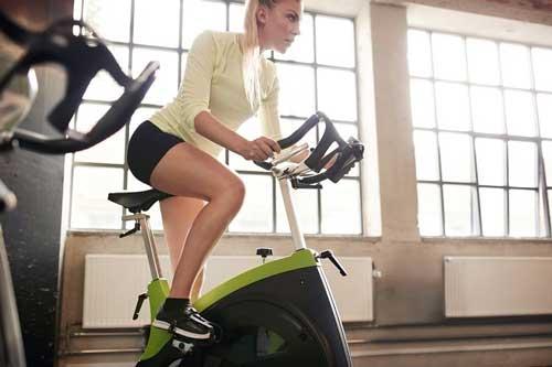 دوچرخه ثابت عضلات را قوی می کند و استقامت پاها را بالا می برد
